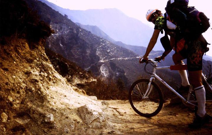 Everest_1992_verso_il_campo_base_bicicletta_banchelli