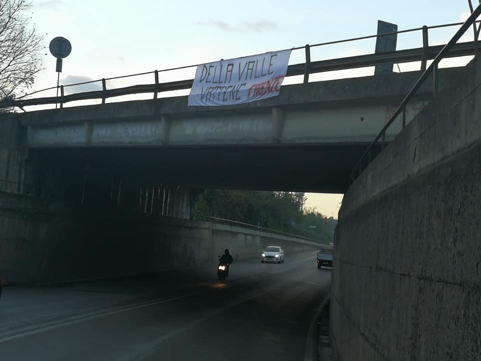 Striscioni di contestazione contri Della Valle