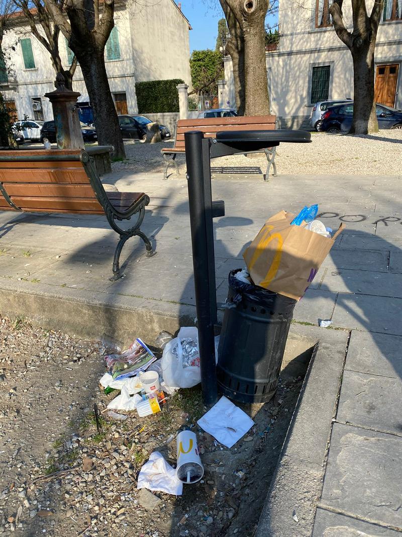 Piazza De Amicis-Vandalismo